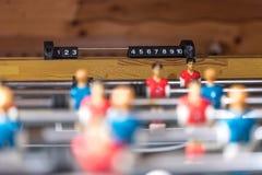 Estrattore a scatto di calcio-balilla con i giocatori miniatura immagine stock