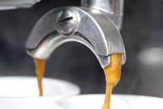 Estrazione del caffè espresso con Portafilter. Fotografie Stock Libere da Diritti