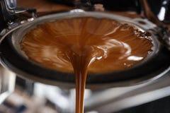 Estrazione del caffè espresso con portafilter smisurato Immagini Stock Libere da Diritti