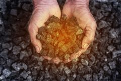 Estrazione del carbone: minatore delle miniere di carbone nelle mani dell'uomo del fondo del carbone Pi Fotografia Stock Libera da Diritti