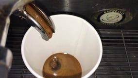 Estrazione del cioccolato del caffè in una tazza di carta in caffè stock footage