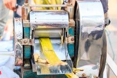 Estrazione del succo della canna da zucchero Immagini Stock
