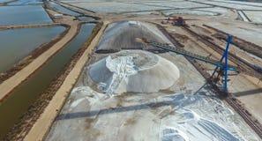 Estrazione industriale di sale marino da evaporazione Immagini Stock Libere da Diritti