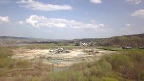 Estrazione, lavaggio, ordinare e distrazione della ghiaia del fiume Industria estrattiva Tecnologia di ottenere una pietra Una vi video d archivio