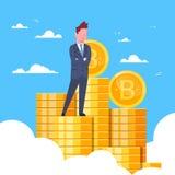 Estrazione mineraria cripto di valuta della riuscita dell'uomo d'affari pila di Standing At Bitcoins e concetto di tecnologia di  Fotografie Stock