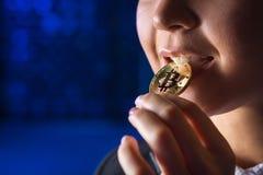 Estrazione mineraria della tenuta della donna di Bitcoin Immagini Stock Libere da Diritti
