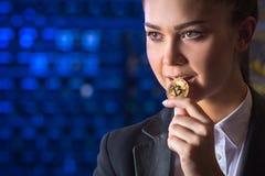 Estrazione mineraria della tenuta della donna di Bitcoin Immagine Stock