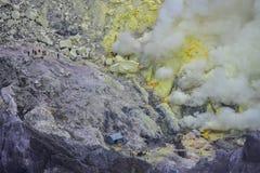 Estrazione mineraria dello zolfo al supporto Ijen Indonesia immagini stock libere da diritti