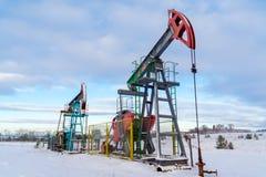 Estrazione mineraria ed estrarre Installazioni per l'estrazione petrolifera dagli intestini della terra Pumpjack ? l'azionamento  fotografie stock