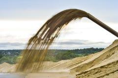 Estrazione mineraria industriale della sabbia che pompa fuori la stazione di pompaggio Fondo fotografia stock libera da diritti
