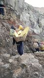 Estrazione mineraria tradizionale dello zolfo fotografia stock