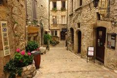 Estreche la calle tienda-alineada en el pueblo medieval de Tourrettes-sur-Loup, Provence, Francia Fotografía de archivo libre de regalías