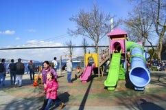 Estrecho de Estambul de la gente en la playa que disfruta de la primavera Imagenes de archivo