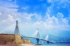 Estrecho del golfo de Corinth de la travesía del puente de suspensión, Grecia Es el puente en segundo lugar lo más de largo posib imagenes de archivo