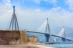 Estrecho del golfo de Corinth de la travesía del puente de suspensión, Grecia Es el puente en segundo lugar lo más de largo posib imagen de archivo libre de regalías