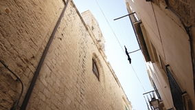 Estrecho viejo de la calle de la ciudad para arriba almacen de metraje de vídeo