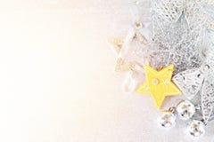 Estrela amarela e ornamento de prata brilhantes no bokeh abstrato brilhante do fundo Fotografia de Stock