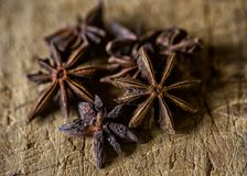 Estrela Anise Spice em uma tabela de madeira imagens de stock