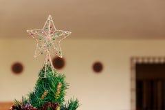 Estrela bonita do Natal sobre uma árvore de Natal Fotos de Stock Royalty Free