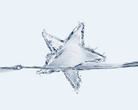 Estrela caída na água Fotos de Stock