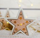 Estrela cerâmica branca com luminoso Fotos de Stock Royalty Free
