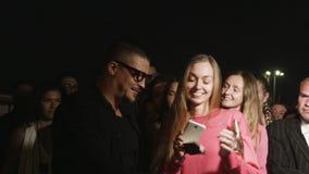 A estrela da faixa do close up toma a foto com a menina na roupa cor-de-rosa video estoque