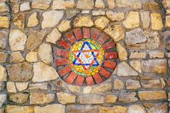 Estrela de David do mosaico na parede de pedra imagens de stock