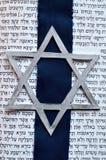 Estrela de David judaica com fundo de Tanach Fotos de Stock Royalty Free