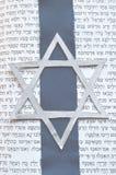 Estrela de David judaica com fundo de Tanach Foto de Stock