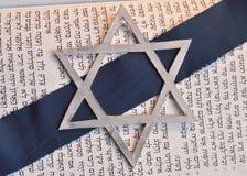 Estrela de David judaica com fundo de Tanach Fotografia de Stock Royalty Free