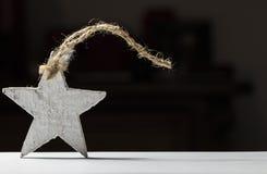 Estrela de madeira branca em um fundo preto Imagem de Stock Royalty Free
