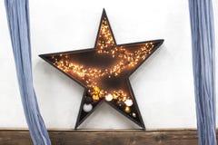 Estrela de madeira com luzes de Natal no fundo de madeira Estrela com luzes em um fundo branco imagens de stock