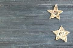 A estrela de madeira da decoração do Natal com Feliz Natal assina isolado no fundo de madeira Vista superior com espaço da cópia Imagem de Stock Royalty Free