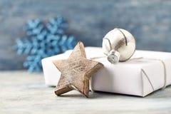 Estrela de madeira do Natal, quinquilharia de prata e presente de Natal Decoração do Natal imagem de stock