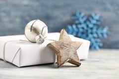 Estrela de madeira do Natal, quinquilharia de prata e presente de Natal Decoração do Natal foto de stock