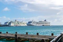 Estrela de NCL, joia norueguesa de Royal Caribbean e navios de cruzeiros da serenata de Royal Caribbean entrados em Philipsburg S fotos de stock