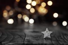 Estrela de prata no fundo festivo Fotografia de Stock Royalty Free