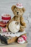 A estrela decorativa do Natal, livros velhos, papel molda cozendo, urso do brinquedo Foto de Stock