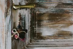 Estrela decorativa do Natal que pendura no puxador da porta Imagem de Stock Royalty Free