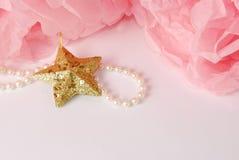 Estrela decorativa, grânulos da pérola e pom cor-de-rosa e branco do pom Fotografia de Stock Royalty Free