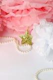 Estrela decorativa, grânulos da pérola e pom cor-de-rosa e branco do pom Fotografia de Stock
