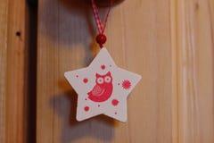 Estrela do brinquedo do Natal com uma coruja Fotografia de Stock