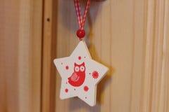 Estrela do brinquedo do Natal com uma coruja Foto de Stock Royalty Free