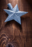 Estrela do brinquedo do Natal para a árvore de abeto no fundo de madeira velho Fotografia de Stock