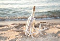 Estrela do mar com mensagem do aniversário na garrafa imagem de stock royalty free