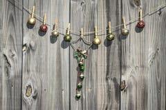 Estrela do Natal e cerca de suspensão das bolas Foto de Stock Royalty Free