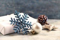 Estrela do Natal e quinquilharia de prata Decoração do Natal Tempo do Natal imagem de stock royalty free