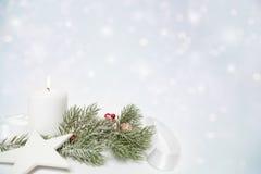 Estrela do Natal e vela branca imagens de stock