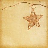 Estrela do Natal que pendura sobre o papel velho velho Fotografia de Stock Royalty Free