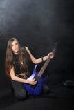 Estrela do rock fêmea que joga a guitarra Imagem de Stock Royalty Free